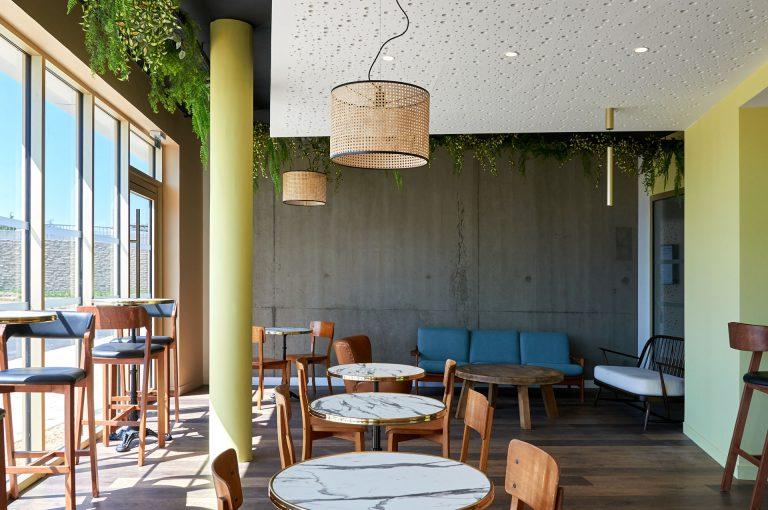 A l'hôtel Akena Nantes Aéroport, prenez votre petit déjeuner dans une salle lumineuse.