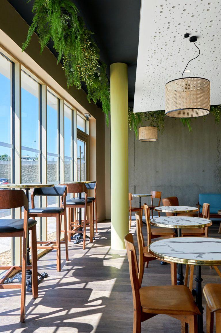 Notre vaste salle de petit déjeuner vous accueille dans un environnement lumineux.