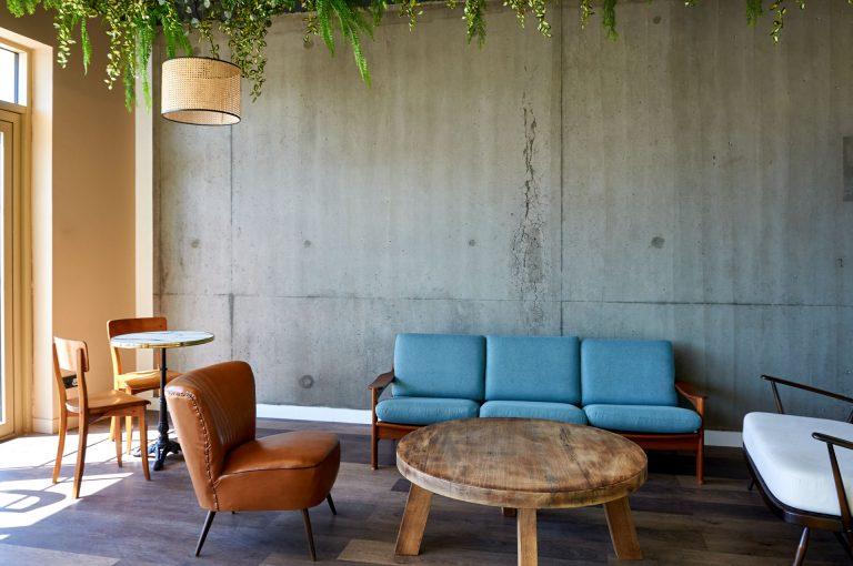 Notre hôtel Akena nantes Aéroport vous propose un espace salon pour vous détendre.