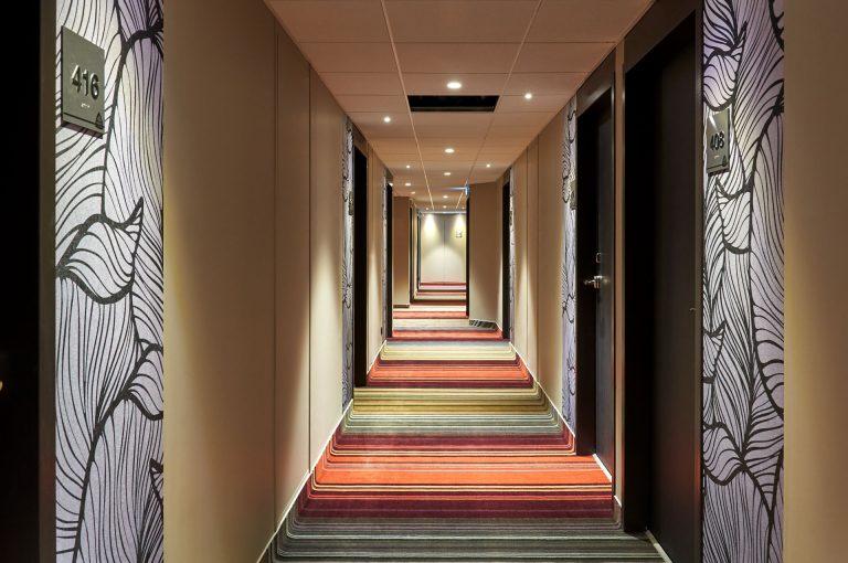 Ambiance feutrée pour le couloir qui mène à votre chambre.