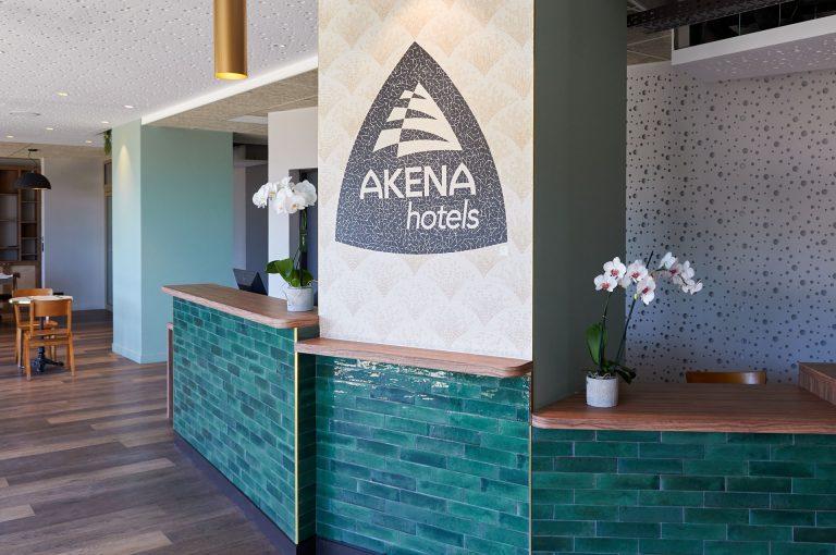 Bienvenue à la réception de notre hôtel Akena Nantes Aéroport.